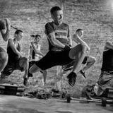 Groupe de personnes pratiquant le cardio- exercice de forme physique images libres de droits