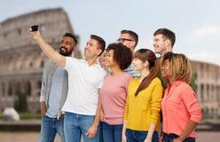 Groupe de personnes prenant le selfie par le smartphone Images libres de droits