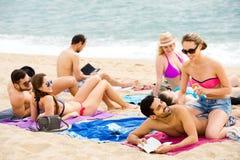 Groupe de personnes prenant un bain de soleil sur la plage Photo stock
