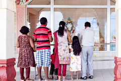 Groupe de personnes priant chez Bassin grand Photos libres de droits