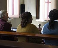 Groupe de personnes religieuses dans une église Photo stock
