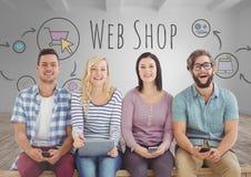 Groupe de personnes s'asseyant avec des dispositifs devant des graphiques de boutique de Web images stock