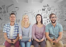 Groupe de personnes s'asseyant avec des dispositifs devant la pièce avec des dessins de graphiques photo libre de droits