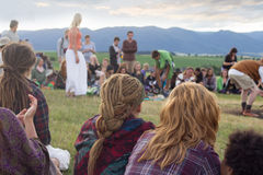 Groupe de personnes s'asseyant en cercle dehors Images libres de droits
