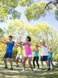 Groupe de personnes s'exerçant en parc Photographie stock
