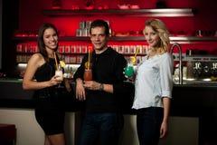 Groupe de personnes se réunissant dans la barre de cocktail et ayant l'amusement Photo libre de droits