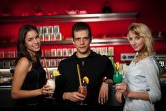 Groupe de personnes se réunissant dans la barre de cocktail et ayant l'amusement Images stock