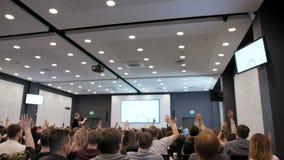 Groupe de personnes soulevant des mains à la conférence clips vidéos
