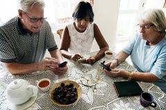 Groupe de personnes supérieures diverses à l'aide du téléphone portable photos libres de droits