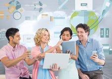 Groupe de personnes sur des comprimés et des dispositifs devant des graphiques de gestion du monde Photo stock