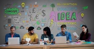 Groupe de personnes sur des dispositifs devant des graphiques d'idées de concept images stock