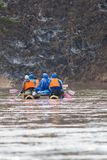 Groupe de personnes sur les catamarans gonflables transportant par radeau sur la rivière images libres de droits