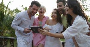 Groupe de personnes téléphones intelligents parlants de cellules de participation sur la terrasse au-dessus du paysage de coucher banque de vidéos