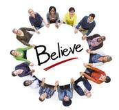 Groupe de personnes tenant des mains et le concept de croyance Images stock