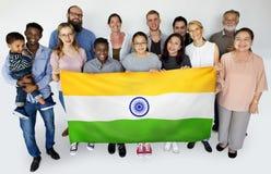 Groupe de personnes tenant le portrait indien de studio de drapeau Photographie stock libre de droits