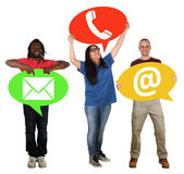 Groupe de personnes tenant le téléphone de contact de communication de bulles de la parole Photo stock