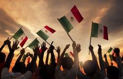 Groupe de personnes tenant les drapeaux nationaux de l'Iran Image libre de droits