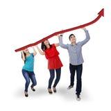 Groupe de personnes tenant une augmentation de flèche Photographie stock libre de droits