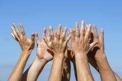 Groupe de personnes tirant des mains dans le ciel au soleil Beaucoup de mains sur le fond de ciel bleu Images libres de droits
