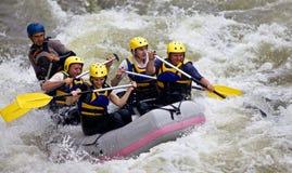 Groupe de personnes transporter de whitewater Image libre de droits