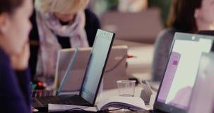 Groupe de personnes travaillant aux mains d'ordinateurs portables clips vidéos