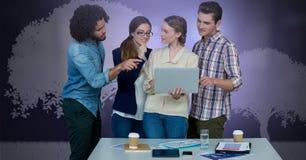 Groupe de personnes travaillant sur l'ordinateur portable images stock