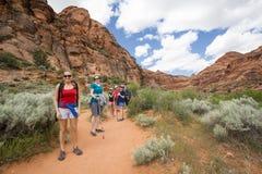 Groupe de personnes trimardant dans les belles falaises de désert aux Etats-Unis Images libres de droits