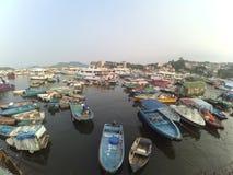 Groupe de petit bateau de pêche en mer, village de pêcheur Photographie stock