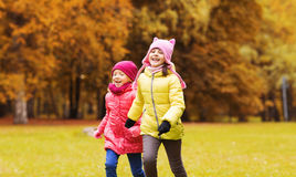 Groupe de petites filles heureuses courant dehors Photos stock
