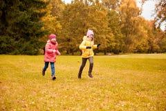 Groupe de petites filles heureuses courant dehors Photographie stock