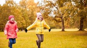 Groupe de petites filles heureuses courant dehors Images stock