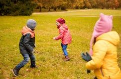 Groupe de petits enfants heureux courant dehors Photographie stock