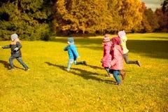 Groupe de petits enfants heureux courant dehors Photo stock