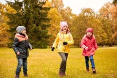Groupe de petits enfants heureux courant dehors Images stock