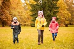 Groupe de petits enfants heureux courant dehors Photo libre de droits