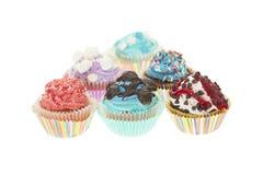 Groupe de petits gâteaux colorés d'isolement Image stock