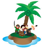 Groupe de petits pirates avec la boule de canon sur l'île Image libre de droits