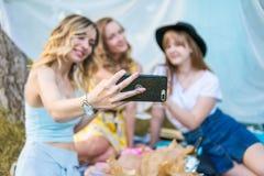 Groupe de photo de selfie de prise d'amies Photos stock