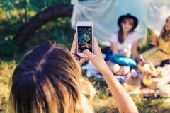 Groupe de photo de selfie de prise d'amies Photographie stock