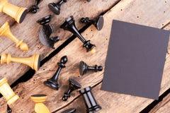 Groupe de pièces d'échecs sur le vieux plancher en bois image libre de droits