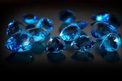 Groupe de pierres gemmes de topaz. Image libre de droits