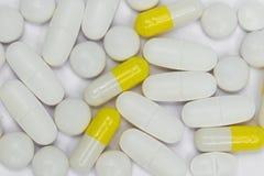 Groupe de pilules/de capsules sur le fond blanc Image libre de droits