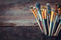 Groupe de pinceaux dans un studio d'artiste Photos libres de droits