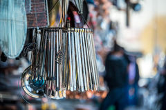 Groupe de pinces en métal accrochant devant un vieux magasin traditionnel près du bazar grand, Istanbul Photographie stock