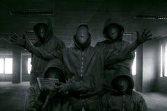 Groupe de pirate informatique à capuchon avec la position de masque photographie stock
