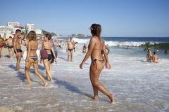 Groupe de plage brésilienne Rio d'Ipanema d'amis Photographie stock