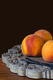 Groupe de plateau en bois mûr frais de Peaches With Vannilla Beans On Images libres de droits