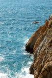 Groupe de plongeurs de falaise dans la mouche gratuite, Acapulco, Mexique photographie stock libre de droits