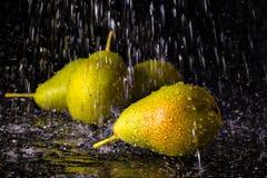 Groupe de poires avec des baisses en baisse de l'eau photos libres de droits