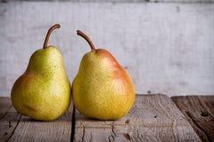 Groupe de poires sur le bois Photographie stock libre de droits